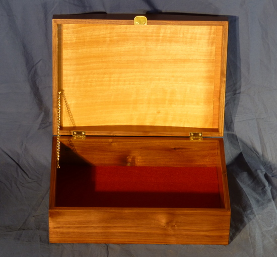 Jewelry box with oak leaves